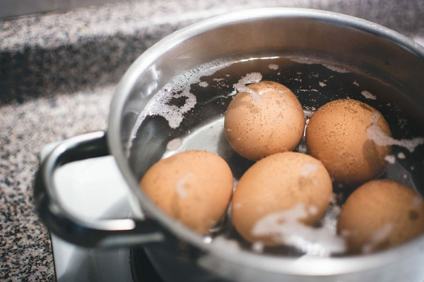 Pourquoi mettre du sel pour cuire les œufs ?